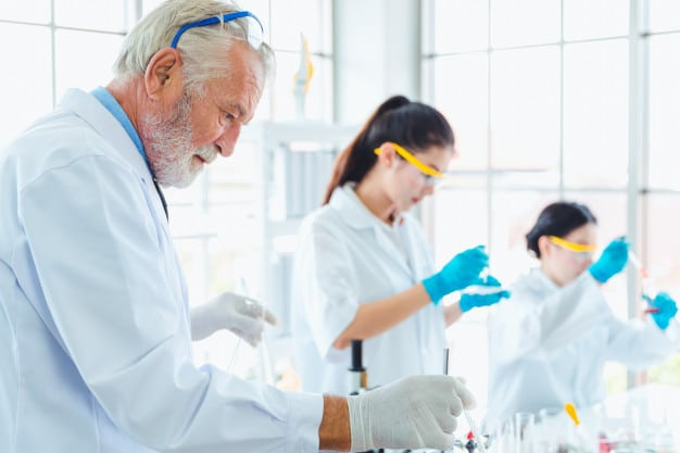 profesor-ciencias-equipo-estudiantes-trabajando-quimicos-laboratorio_39730-1566.jpg
