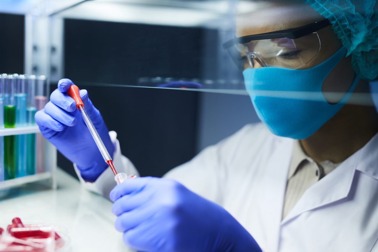 worker-doing-tests-in-laboratory-6EC5PEZ-1280x853.jpg